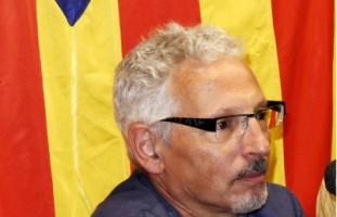 El juez separatista, Santiago Vidal, en una de sus conferencia con el símbolo de odio separatista catalán detrás