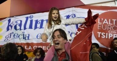 Padre con su niña celebrando la victoria de Syriza