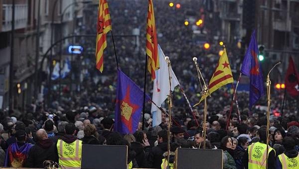 Miles de separatistas vascos y catalanes se manifiestan gritando a favor del terrorismo en Bilbao