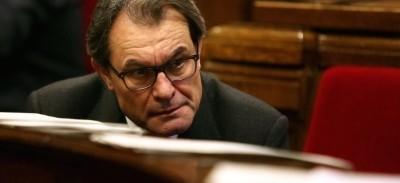 Artur Mas Gavarró, descansando en el Parlamento regional de Cataluña / foto archivo EFE