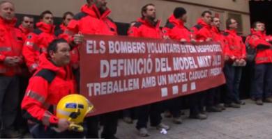 Agentes del Cuerpo de Bomberos Voluntarios de Cataluña posando ante la oficina de la delegación del Gobierno regional donde presentaron su dimisión