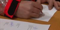 Agentes del Cuerpo de Bomberos Voluntarios de Cataluña firmando su dimisión en la delegación del Gobierno de Artur, este sábado