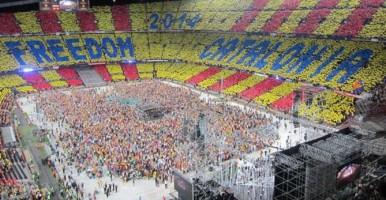 """Foto del Campo de FC Barcelona celebrando su adhesión al pacto de odio contra España, """"Pacto del Derecho a Decidir"""" separatista"""