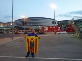 Simpatizante ultra separatista del 'Colectivo Banco y Azul Roger Lluría' antes el partido de la copa del rey  de este miércoles 11/02/15 en San Mames / foto  Perikos Indepedes