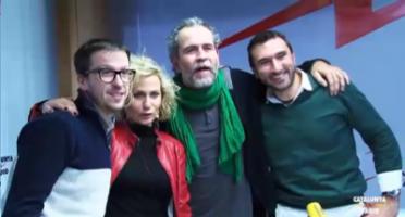 Wlly Toledo con la bufanda verde, posando con el equipo de Las Mañanas de Cataluña Radio / Foto imágenes Cat. Radio