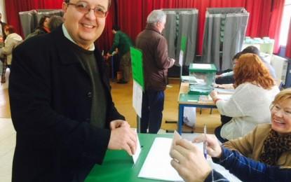 """El candidato de VOX ejerce su derecho al voto junto a su familia en """"un día de fiesta para la democracia"""""""