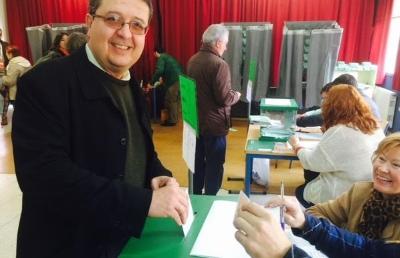El candidato de VOX ejerce su derecho de voto junto a su familia en un día de fiesta para la democracia . - copia