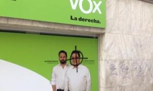 El candidato de VOX ejerce su derecho de voto junto a su familia en un día de fiesta para la democracia - copia