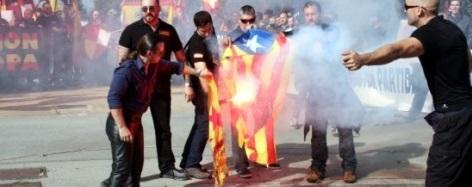 La Fiscalía asegura que quemar símbolos separatistas y llamar traidores a Mas y Junqueras no es delito - copia