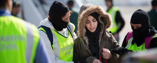 La Guardia Civil detiene a una yihadista marroquí en Cataluña, El Prat, dentro el avión en procedencia de Turquía - copia