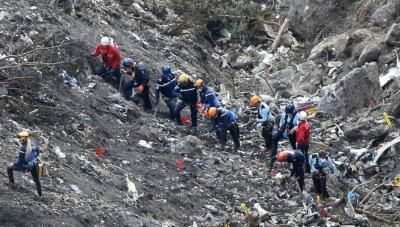 Agentes de policía e investigadores en el lugar del siniestro de vuelo de Germanwings