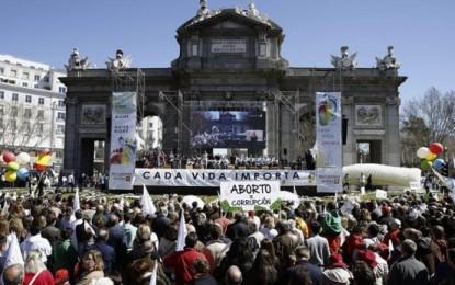 """Miles de persones claman 'cada vida importa' en Madrid y por el fin del """"holocausto"""" de interrumpir embarazos"""