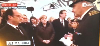 Rajoy aburrido, distraído y mirando por otro lado durante las explicaciones del vuelo siniestrado de Germanwings - copia