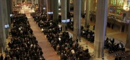 La Sagrada Familia se llena completamente en recuerdo de las 150 víctimas de la tragedia aérea en los Alpes.. - copia