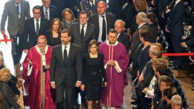 La Sagrada Familia se llena completamente en recuerdo de las 150 víctimas de la tragedia aérea en los Alpes