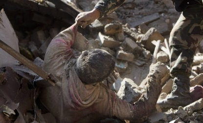 La cifra de muertos sobrepasa los 3.800 mientras los supervivientes huyen de Katmandú - copia