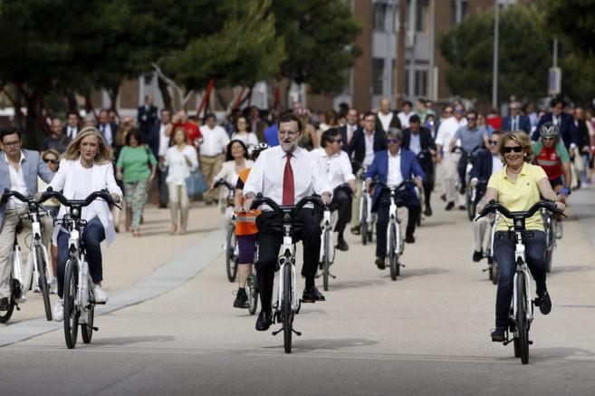 Aguirre, Cifuentes y el líder del PP, Rajoy, preparando el terreno con pieles de cordero: en bici