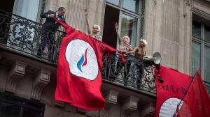 .Activistas extremistas izquierdistas interrumpen el acto de Mari Le Pen en honor a Jeanne de d' Arc