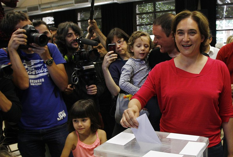 Leader of 'Barcelona en Comu' (Barcelona in Common) party and candidate for mayor of Barcelona Ada Colau casts her ballots in the Spain's municipal and regional elections at a polling station in Barcelona on May 24, 2015. Polls opened at 9:00 am (0700 GMT), with voters turning out to choose leaders in more than 8,000 city halls, including Madrid and Barcelona, as well as leaders for 13 regional governments in a key test for new protest parties that could herald a historic change in Spain's political landscape ahead of a general election.   AFP PHOTO / QUIQUE GARCIA 4638#Agencia AFP