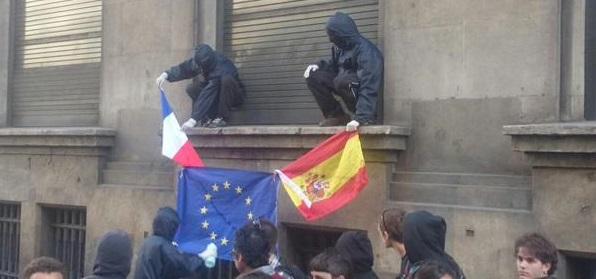Catalanistas del Parlamento regional de Cataluña, CUP, queman banderas de Francia y España el 1 de mayo..