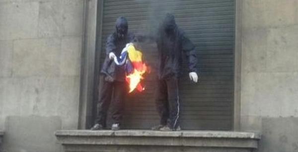 Catalanistas del Parlamento regional de Cataluña, CUP, queman banderas de Francia y España el 1 de mayo,,