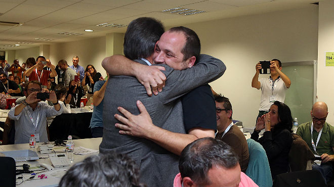 Artur mas abrazando emotivamente a David Fernández, en durante el golpe separatista del 9N