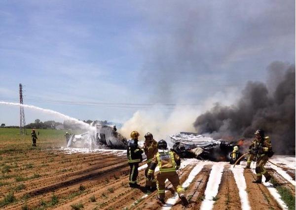 Cuatro muertos y dos heridos graves tras caer un avión militar en pruebas en Sevilla