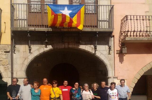 Separatistas de ANC desafían a Policía Catalana y cuelgan un trapo separatista en el balcón del Ayuntamiento de Torroella - copia