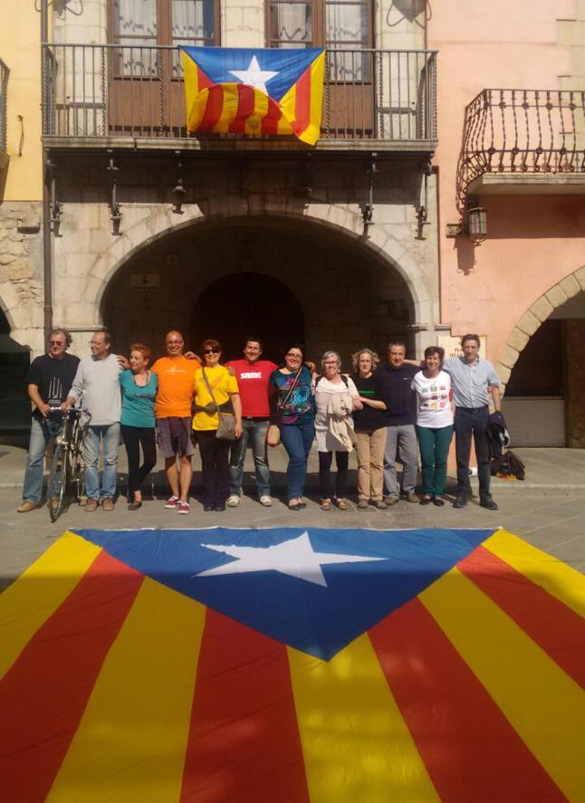 Separatistas de ANC desafían a Policía Catalana y cuelgan un trapo separatista en el balcón del Ayuntamiento de Torroella