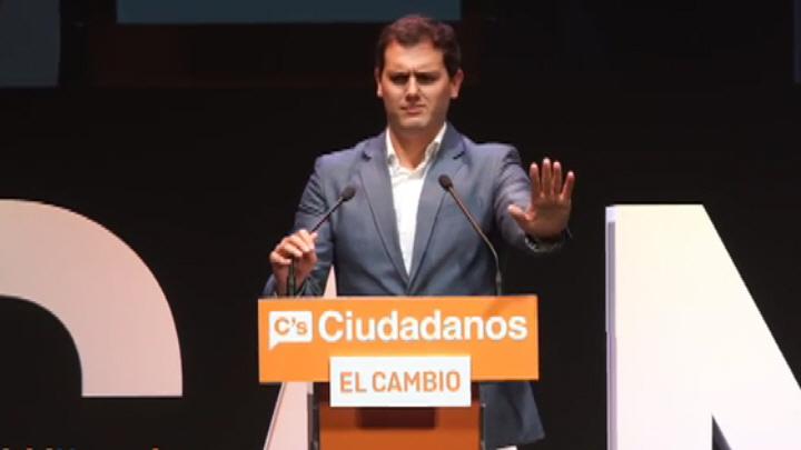 simpatizantes de VOX interrupiendo dos veces el discurso de Rivera par criticar su apoyo a la censura de VOX en Telemadrid (10).Movie_Instantánea