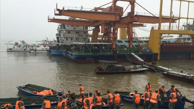 Al menos 438 desaparecidos y 20 rescatados al naufragar un barco en el río Yangtsé en China