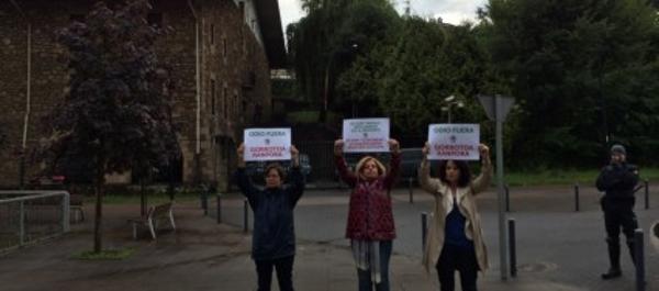 Tres miembros de COVITE defienden la Guardia Civil en Oñate ante cientos de ultras radicales