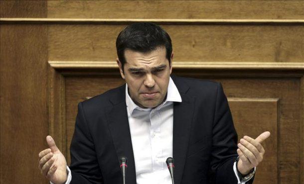 El primer ministro griego Alexis Tsipras, pronuncia un discurso durante un debate sobre el referéndum de rescate en el Parlamento griego en Atenas. EFE