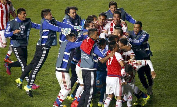 Jugadores paraguayos fueron registrados este sábado al celebrar su victoria sobre Brasil,