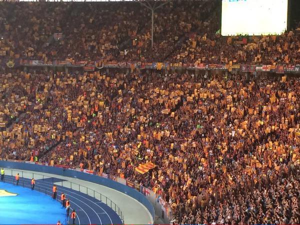 Separatistas gritando «¡independencia!» en Estadio Olímpico de Berlín al «minuto 17:14»