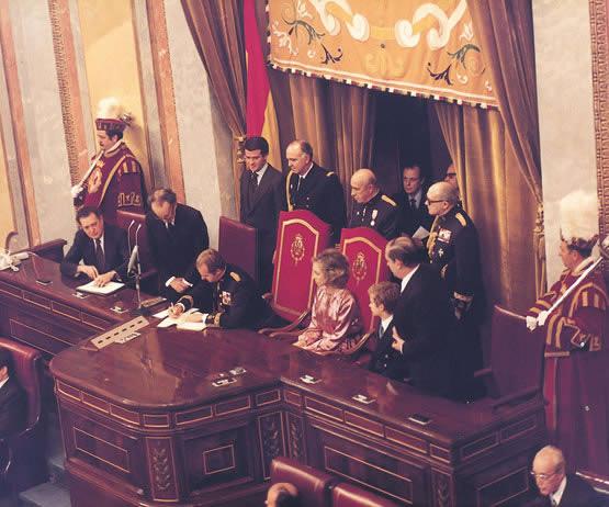 Su Majestad el Rey firmando la constitucion