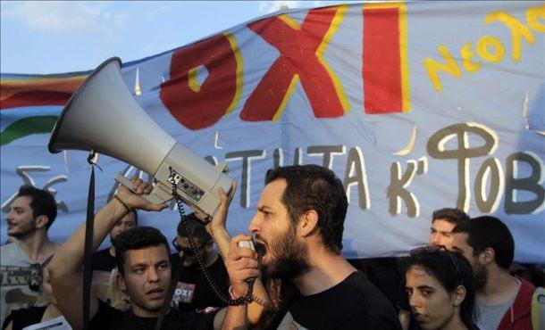 Varias personas a favor del no en el referéndum se manifiestan junto al edificio del Parlamento en la plaza Syntagma de Atenas, Grecia hoy 29 de junio de 2015. EFE