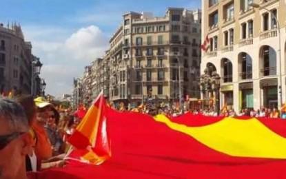 Miles Catalanes celebrando la fiesta nacional de España con una bandera gigante de España, 12-O 2014