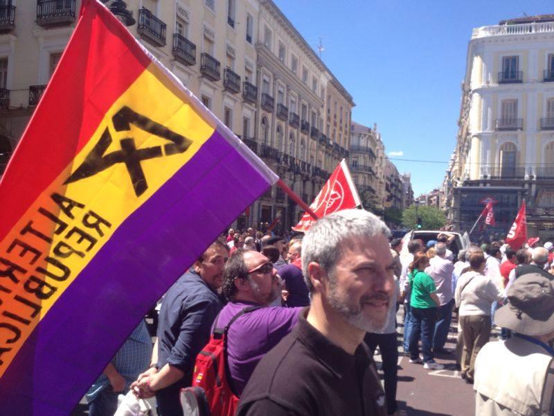 josep Ramon Bosch junto a una bandera preconstitucional española, la republicana