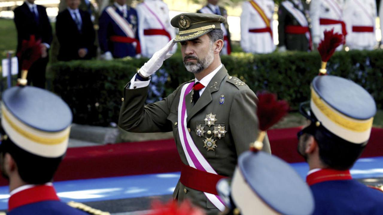 su majestad el rey saludando las fuerzas armardas