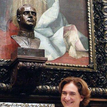 Ada Colau, ha decidido retirar el busto del Rey Juan Carlos I que hay en el Salón de la Reina Regente, donde se celebran los plenos municipales del Ayuntamiento de Barcelona