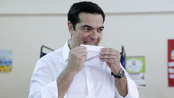 Alexis Tsipras cerrando su sobre antes de votar, en el referñendum decisivo para grecia