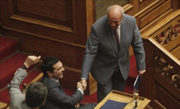 El Parlamento griego da el mandato al Gobierno para continuar negociando