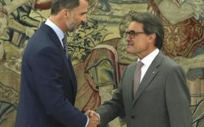 """Artur Mas acude """"en son de paz"""" a la Zarzuela y se reúne una hora y cuarto con el Rey"""