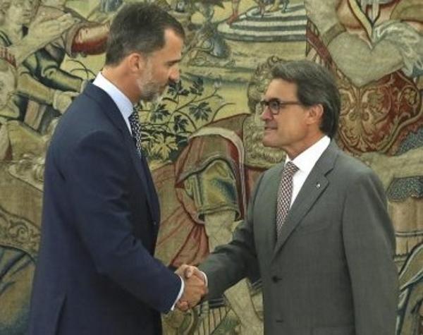 .El Rey ha recibido hoy en audiencia al presidente de la Generalitat, Artur Mas (d), noveno jefe de Gobierno autonómico que acude al Palacio de la