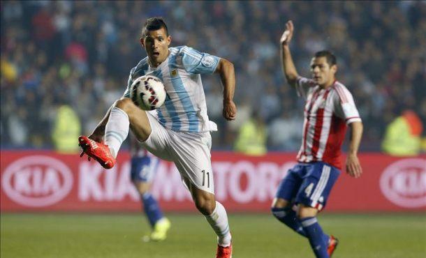 El delantero argentino Sergio Agüero (i) controla el balón ante