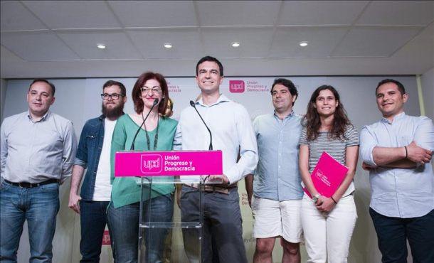 El nuevo líder de UPyD, Andrés Herzog (4-d), junto a la eurodiputada Maite Pagazaurtundua (3-i), ha presentado