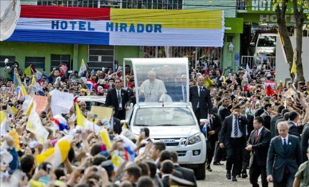 El papa Francisco (c) llega a localidad de Caacupé, la capital católica de Paraguay, que se encuentra repleta de miles de fieles. EFE