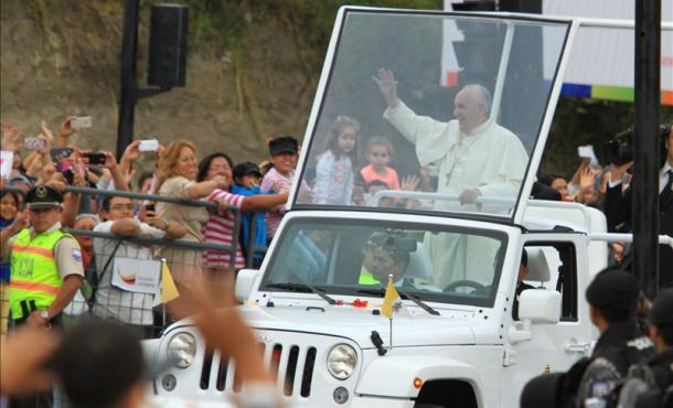 El papa Francisco (i) saluda a los fieles durante su visita a Quito, capital de Ecuador, en la primera parada en su gira latinoamericana, que lo llevará también a Bolivia y Paraguay. EFE