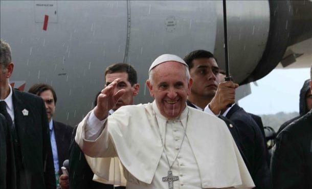 El papa Francisco saluda a su llegada al aeropuerto Silvio Pettirossi de Asunción. El papa Francisco llegó a Paraguay,